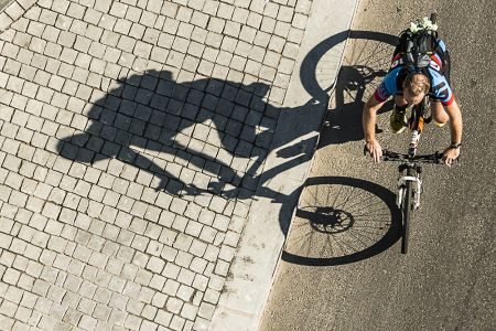 Ciclista y su sombra