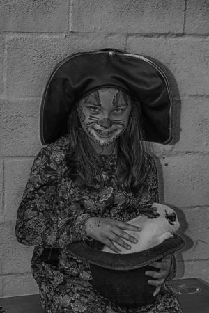 La chica de la magia con su chistera