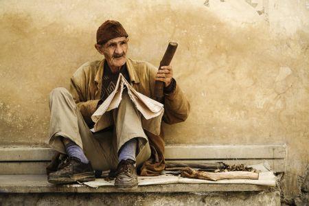 Anciano artesano en fez